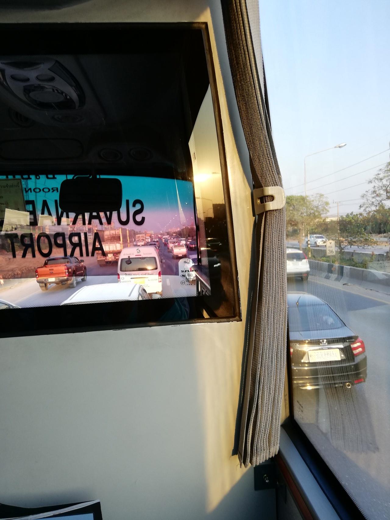 帰りのバスをA氏が探してくれました。 今日は日曜日なので、街中からのバスは満席。そこでマイカーでホアヒン空港まで連れていってくださって、1時間ごとに出ているスワンナプーム空港行きバスの3時出発まで、お話しして見送ってくださいました。  バスの一番前の席からの写真です。 座席は広く、乗り心地は良いですが、冷房が効き過ぎ!(東南アジアではよくある事です。) 日曜夕方の渋滞にはまって、スワンナプームまで4時間。💦