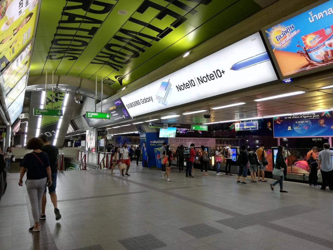 パヤタイ駅でBTSスクンビット線に乗り換えて、サイアム駅でシーロム線に乗り換えて、サラディーン駅で下車。  写真はBTSサイアム駅