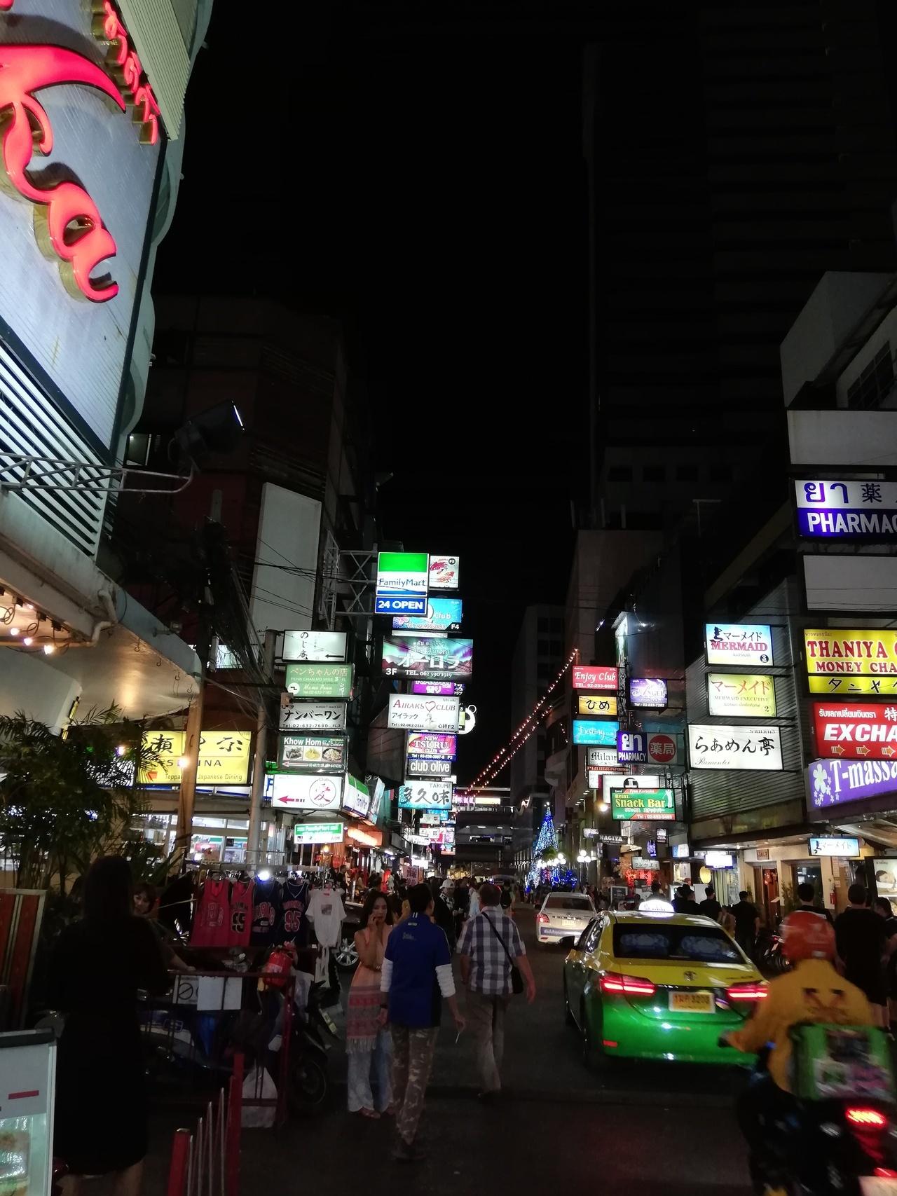 やって来ました、タニヤ通り! 幾つもあるキャバクラの前には女の子が雛壇の様に並んでいて、ひと頃より街が元気になっています。