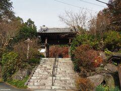 覚園寺 山門 12:25頃  鎌倉宮の左側にある道を歩くこと約10分、 ここまで足を運ぶ人は少ないようです。