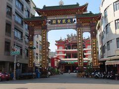 文武聖殿の山門、富野路にある、遠くからでも正面に建物が見えるほど、大きくて立派なお寺でした。