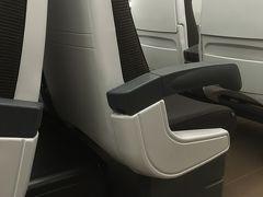 テルミニ駅からバーリに向かうフレッチャアルジェントの内部です。1st classの良い点 はシートが横3席でゆったりしているのと、大きな荷物も身近に置けることです。