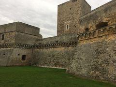 アドリア海沿いにあるノルマンノスヴェヴォ城は難攻不落の要塞っぽいお城です。