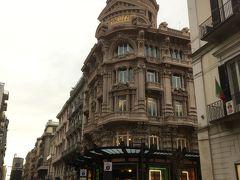 バーリの旧市街からメインのショッピングストリート、スパラノ・ダ・バーリ通りに入りました。立派な建物はベネトンのお店です。ここでもブラックフライデーセールをしているお店が多かったです。