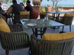 「センタラ グランド ビーチ リゾート 」 懐かしいですね~! ロビーラウンジで待っていてくださったA夫妻と再会し、海辺のプールサイドのレストランで食事をすることにしました。 風は涼しいけれど直射日光はキツイので、日陰の席を選びます。