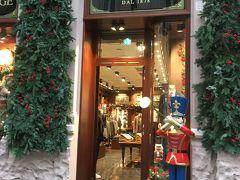 クリスマスの飾りつけがかわいいお店。