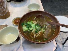 牛肉麺を食べました。 日本の方との相席でしたのでその方が食べていたものと同じものを注文。 牛肉が柔らかく美味しく頂きました。