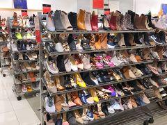 まずは靴をチェック 毎回旅行記に書いてるけど ワタクシ足のサイズ大きく日本にはなかなかサイズがないから 海外で爆買いなのよね