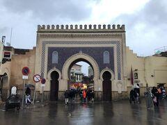 旧市街の始点ともなるブー ジュルード門。  うん、門ですな。