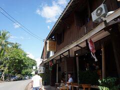 【2日目・カフェ】 ◎SAFFRON COFFEE サフランコーヒー  人気のカフェ。 メコン川沿いの道にあります。