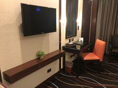 学校提携のセブパークレーンインターナショナルホテル。勉強机(?)なる物も用意されており、一人には十分すぎる広さのお部屋。