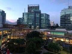 ホテルはアヤラモール近くなので買い物や食事の便は最高に良し! ですが、信号がないので道を渡る時は地元の人達にくっついて一緒に渡ることをお勧めします! 日曜日は一日ホテルでゆっくりして一夜漬けの予習を。