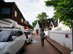 ◎ワット・シェントーン メインストリートからお寺の入口までの路地。