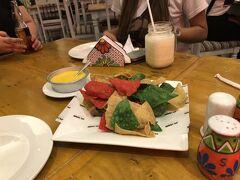 これもクリスマスカラーかしら・・・モール2Fにある「Moon Cafe」メキシカン料理ということですが、フィリピン料理もあり安くて美味しい。17時30頃はガラガラでしたが、帰る頃には満席に。