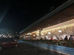 「豚の丸焼き」で有名な「House Of Lechon」へ。 広くて雰囲気良し。