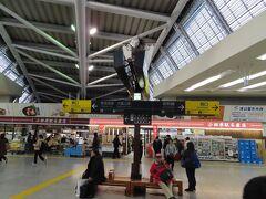 小田原駅から新幹線で、 ついつい賑やかな左歩行に… 改札を出て左方向が東海道本線、右方向の下の階が新幹線でした。
