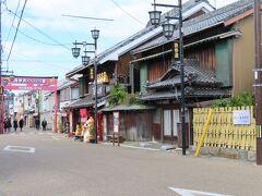 豊川稲荷への参道へ 人通りはあまりありません。 ガイドさんの研修でしょうか 制服の団体がバラバラといました