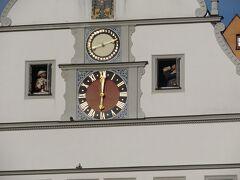 ローデンブルク市庁舎横の有名な仕掛け時計 添乗員さんから仕掛け時計に関する物語をききました。 「マイスタートゥルンク」 その時のローデンブルク市長でとても大酒飲みだった。 30年戦争で市が滅亡の危機にあったとき、「もしこのワインをジョッキで一気に飲み干したら街を乗っ取るのをやめてやる」との交渉に勝ち、街を救った英雄(*´ω`*)  12時と13時の2回も見てしましました(^o^)