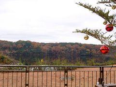 宮沢湖。 手前にはクリスマスツリー。