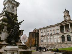ボルサ宮殿。  宮殿と呼ばれていますが、実際は商業組合・裁判所・証券取引所として使用されてきた経緯があります。  ガイドツアーのに参加することによって中を見学することができるようですが、今回は外観のみ楽しみました。