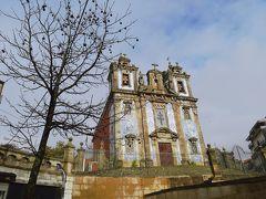アズレージョと呼ばれる青と白のタイル装飾をほどこした教会が(惜しげもなく)街のあちこちに建っています。