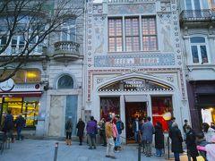 小さなショップに入ったりしながらひたすら街歩きをしていたところ、何やらお店の前に行列が。 調べてみたところ、美しい本屋ということで有名な レロ・イ・イルマオンでした。 入場料は5ユーロ。  観光名所にそこまで関心が高くない夫と私は、「ま、いっか!」と言ってここもスルーしてしまいました。