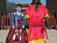 「景福宮(キョンボックン)」の正門「光化門(クァンファムン)」で2ショット  Mちゃんは、景福宮にも入った事が無いそうなので「チマチョゴリを着ていたらタダだよ」と告げると、レンタルすると言うので私ものっかりました(笑) 私の衣装は2時間18,000ウォンでした