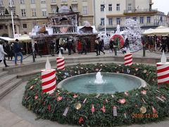 街はクリスマスシーズンの飾りつけだらけ