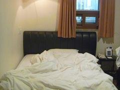 15:40 チェックイン。  ヨンビンホテルの7階の部屋。ダブルベッド。まあまあ広い部屋。トイレとバスタブあり。ホテルズドットコムで7468円。