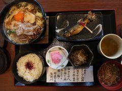 和歌山県に入り、瀞峡めぐりの里熊野川で昼食となった。 うっほ~~♪ 熊野牛のすき焼き。 肉抜き生活が長くなっているので、すき焼きは久しぶり。 臭みもなく柔らかくて美味しい。 生卵が苦手なため、一緒にくつくつ煮る。