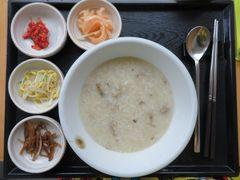2019年12月13日 おはようございます。朝食は「味加本」(ミガボン) https://www.konest.com/contents/gourmet_mise_detail.html?id=5161 鮑粥を注文。ソジュも注文したら「お粥は優しい味のものだから合わないよ」とアドバイスされ(半強制的)・・・・・・朝食から飲むのはやめました(笑) 〆て20,000ウォン也