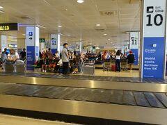 狭い機内で1時間のフライトが長く感じましたがマドリード・バラハス空港到着。 荷物はすぐに出てきました。