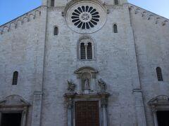 青空にプーリア・ロマネスク様式の教会がとてもきれいです。