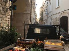 11月30日 バーリ3日目。9時50分発のFAL線でマテーラに行く予定なので、朝のうちに初日に昼休みで入れなかったバーリ大聖堂に向かいます。新鮮な野菜を仕入れてきた八百屋さんのトラックまでイタリアンカラーでおしゃれに見えます。