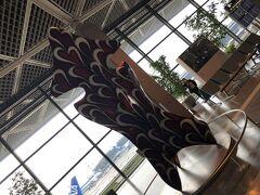 成田空港第1ターミナルに不思議な物体、いや作品が展示してありました。イカに見えますが??