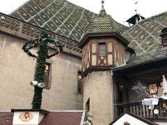 屋根の色が変わっています。旧税関です。