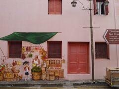 チャイナタウンに壁画がある、だけしか情報をつかんでなかったので、 とりあえずローラー作戦で歩くか!…ということで歩いて見つけました。 これが壁画!! おお~ほんとにシンガポールの街中にコナンが描かれてる~