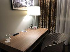 ようやくホテル着 「7ホテル&フィットネス」5月と同じホテルで、同じく2泊します。机といす