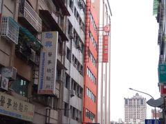 宿は「 秝芯旅店」 (レジェンドホテル)  最寄り駅は、オレンジラインの市議会駅。 オレンジ色の建物で目立ちます。駅から徒歩5分くらい。