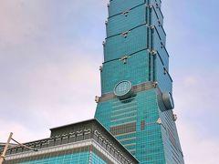 どーんと全面ガラス張りの『台北101』の超高層ビルが。地上101階建てで、高さはなんと、509.2mもあるのだとか!地下は5階までで、フロアごとにショッピングセンター、オフィス、レストランなどが入居し、展望台は88~91階にあるということでした。  この101について『TAIWAN navi』というウェブサイトに面白い記事が載っていました。 この『台北101』には、至るところに古典的な<中華思想>からうまれた発想があるということで・・・ 1.風水的に一番いいとされる土地に建設場所が決められた。 2.節のようなものが全部で8つあり、8層立てのように見える。これは「發財」といって、お金がどんどん入ってくる数字と言われる「八」にこだわっている。 3.  節は竹の節を表し、遠くから台北101を望むと確かに1本の竹のように見える。竹は一節ごとに力強く成長しつつしなやかで、縁起の良い植物とされている。