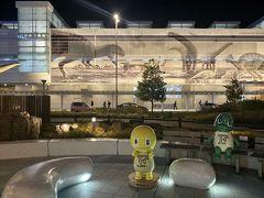 福井駅の恐竜モニュメントとゆるキャラ〝ジュラチック〟のフクイサウルス〝サウタン〟とフクイラプトル〝ラプト〟。