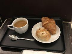 12月13日、金曜日。 今日は6:35の飛行機です。早起きして羽田空港へ。 ラウンジで朝食。今日のパンはクロワッサンと「クランベリーとホワイトチョコのパン」。スープは坦々風スープでした。