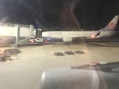 台湾時間23時54分、桃園機場到着 隣はBoing737-800、どこから来たのだろうか?