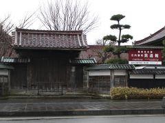 バスで鶴岡駅に戻る道中、乗り放題券を生かし寄り道。  庄内藩校 致道館。