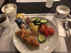 翌日朝食。メニューは昨日と同じです。クロワッサンはぱりぱりして美味しかったです。