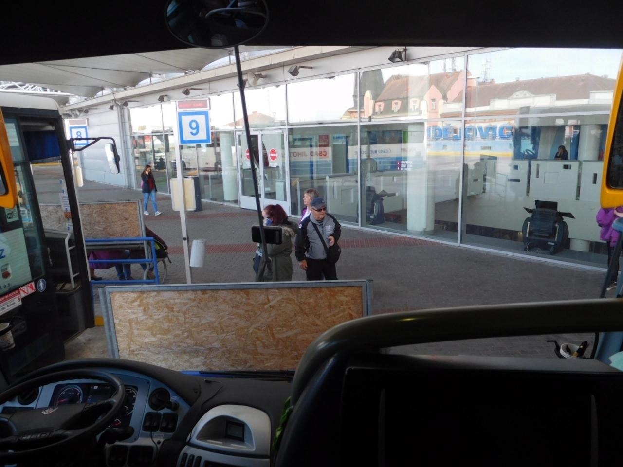 チェスケー・ブジェヨヴィツェのバスターミナルを13:40に出発。プラハには2時間余り15:55着の予定。この日のうちにプラハ城のチケットを手に入れたい。