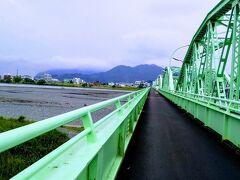やっと安倍川です。やっぱり曇ってます。東海道歩きお天気にめぐまれませんね。歩道と車道が完全分離していて歩きやすかったです。11:45通過。