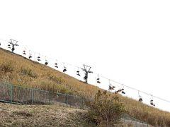 朝、家を出発して10時半には伊豆高原に到着しました。  まずは大室山を目指します。 こんな急な勾配をリフトに乗って、頂上まで行けます。