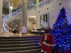 今夜の宿にチェックイン。  ちょっと早めに着いたけど、チェックイン出来ました。  ヴィラージュ伊豆高原というホテルです。 フロントがクリスマス。