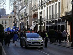 レジェス・カトリコス通りではパトカーを先導に、何やらパレードが。